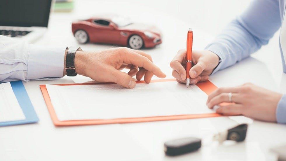 Usager signant le contrat de vente d'une automobile