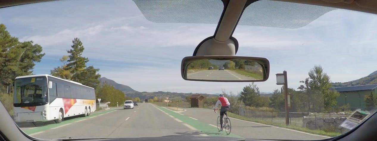 deux pistes cyclables vues depuis un habitacle de voiture