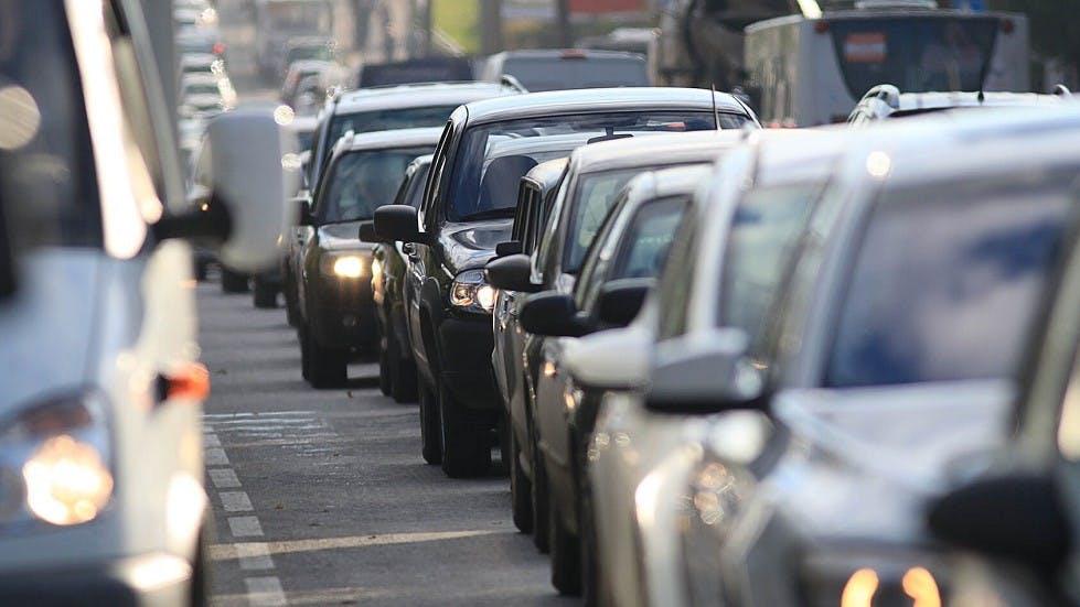Face avant de vehicules  coinces dans un embouteillage