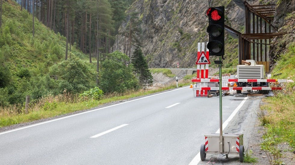 Feux de chantier installe le long d'une route de montagne