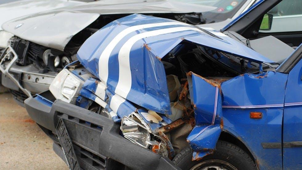Capot d'une automobile deforme suite a une collision