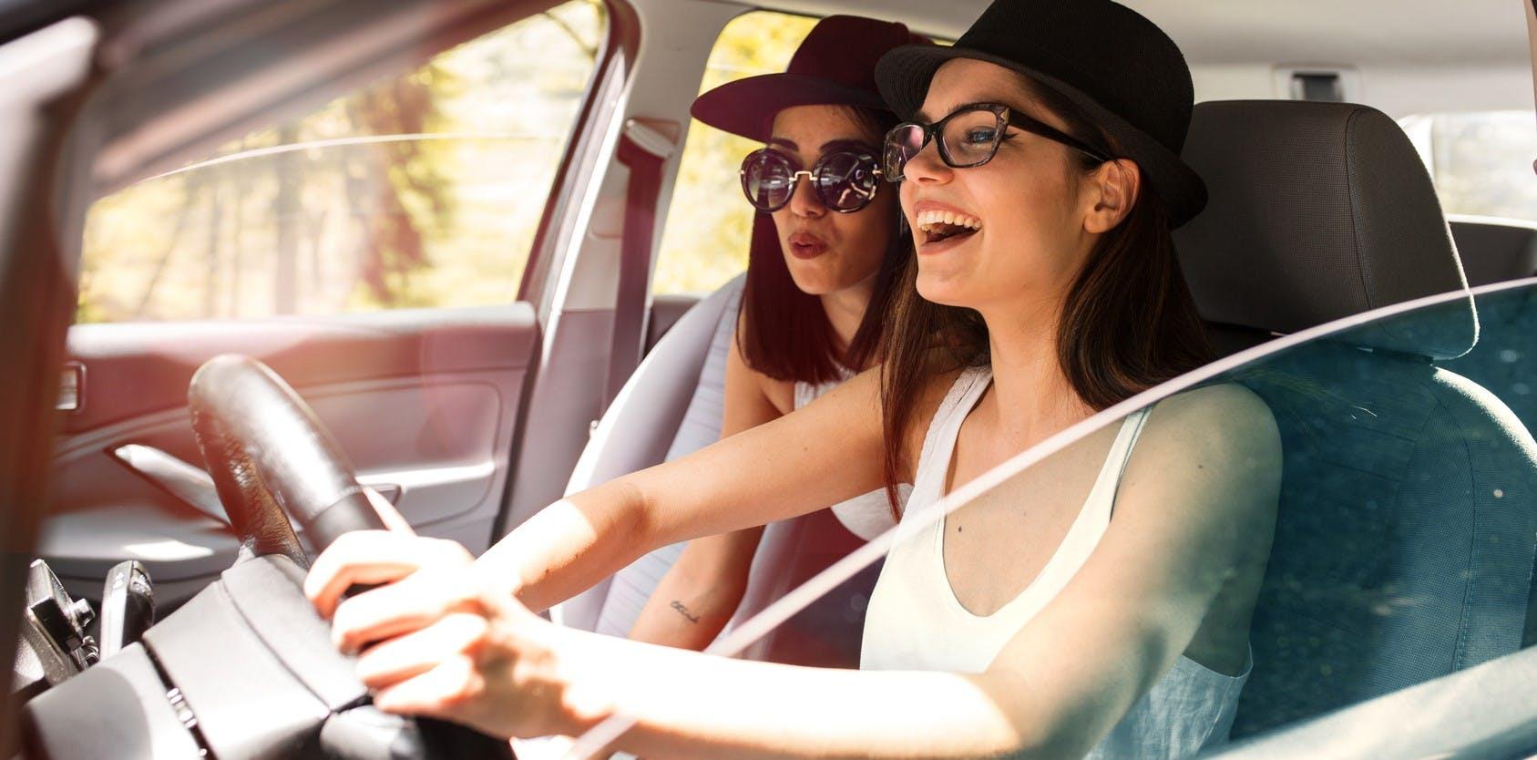 Deux jeunes conductrices en voyage.