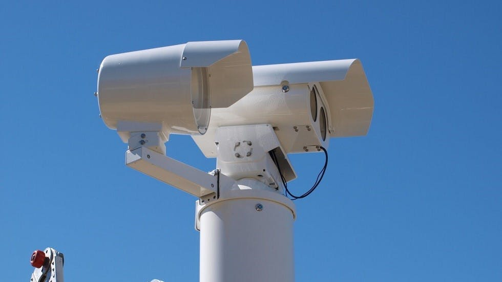 Radar tronçon sur fond de ciel bleu
