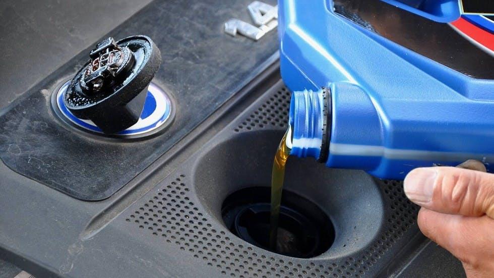 Usager rajoutant de l'huile moteur