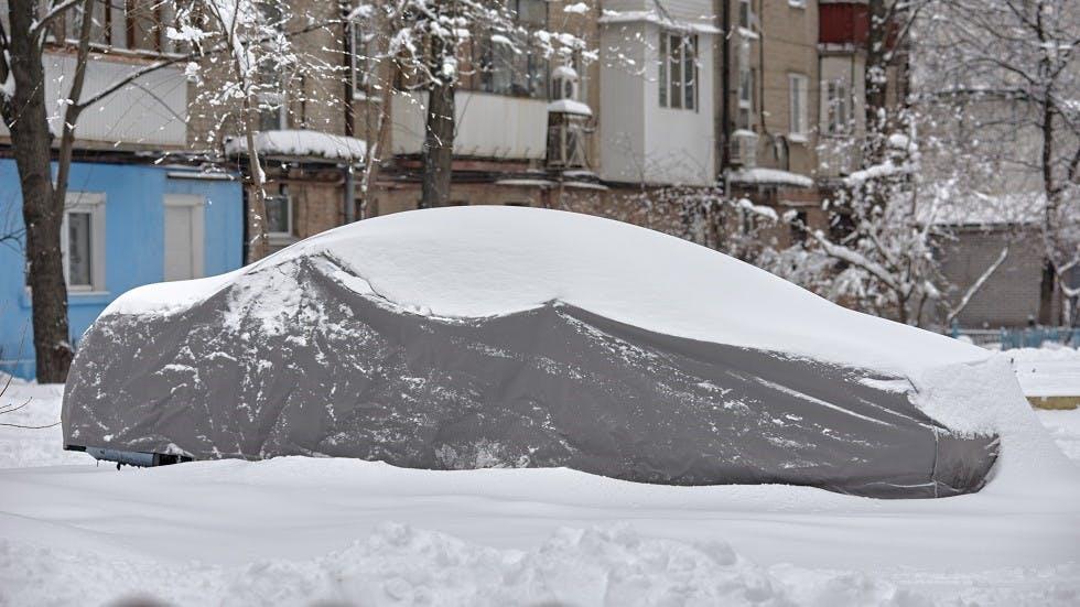Housse de protection sur un véhicule stationne en hiver