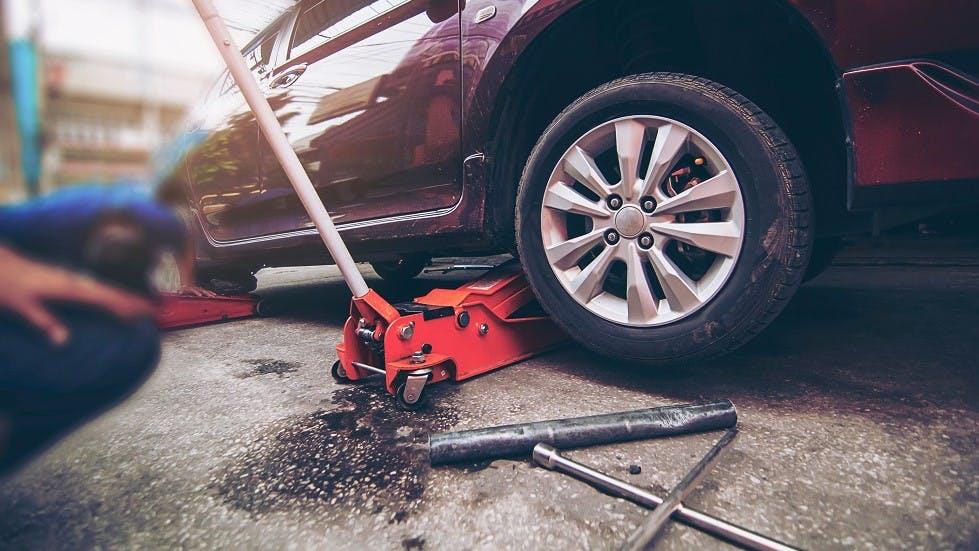 Cric mecanique utilise dans un garage automobile
