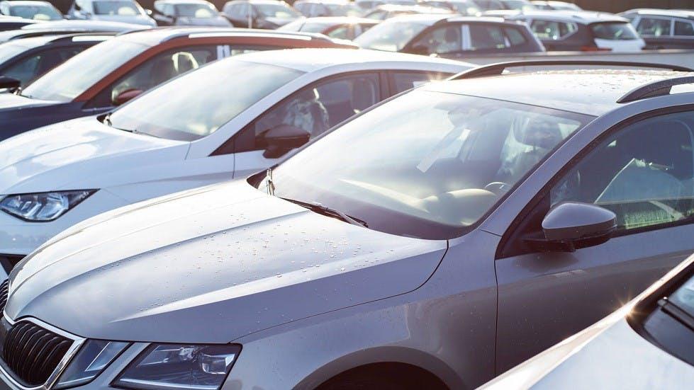 Nombreux vehicules stationnes dans un même parking