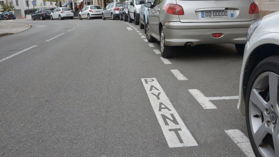 Automobiles sur des places de stationnement payantes