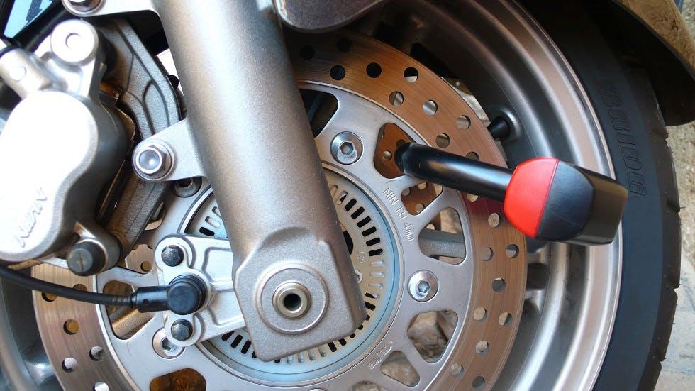 Antivol positionne sur la roue d'une moto