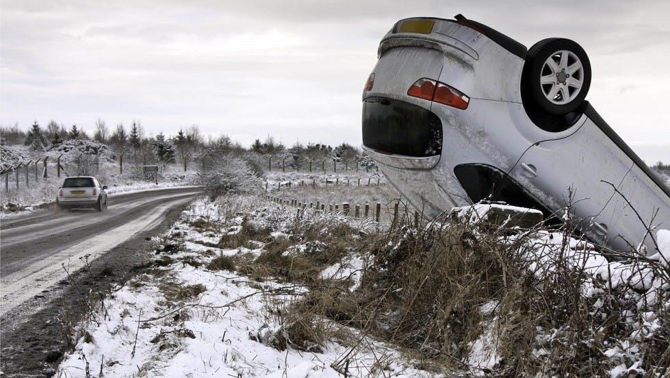Sortie de route d'une automobile due a la neige et au verglas