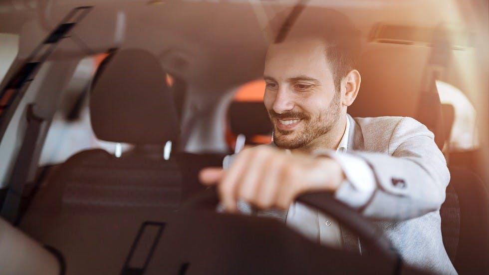 Usager conduisant une automobile