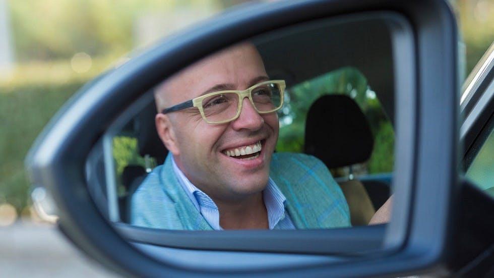 Automobiliste portant des lunettes et souriant