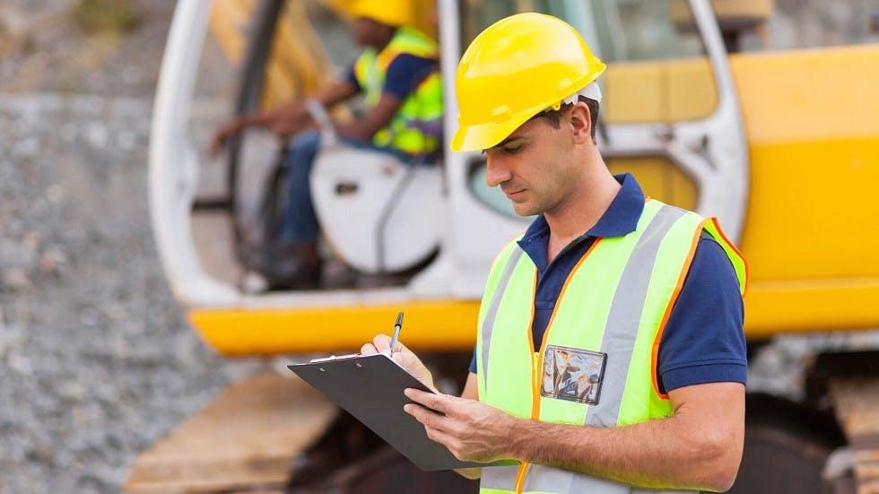 Maitre d'oeuvre sur un chantier portant un gilet de haute visibilite