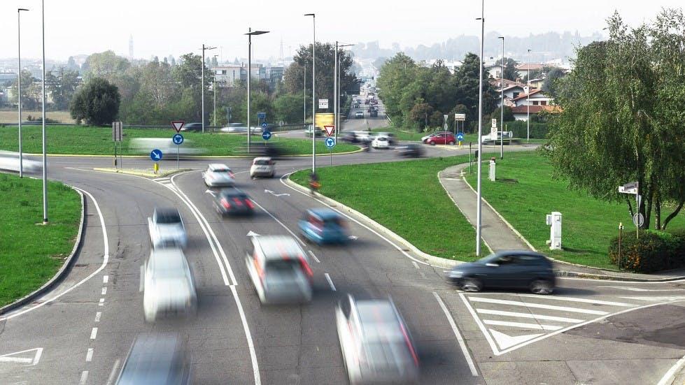 Insertion d'une automobile avant un carrefour a sens giratoire