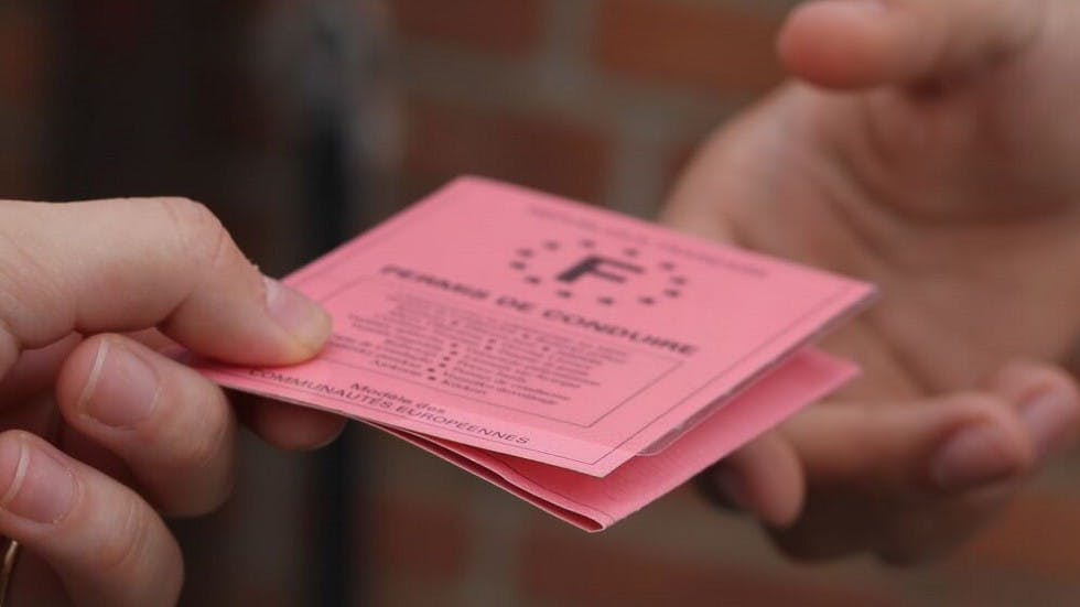 Remise d'un permis de conduire en main propre