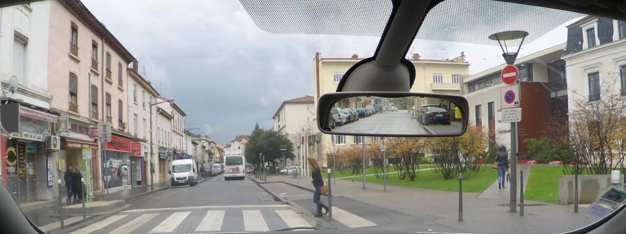 Photographie d'un usager traversersant un passage pieton.