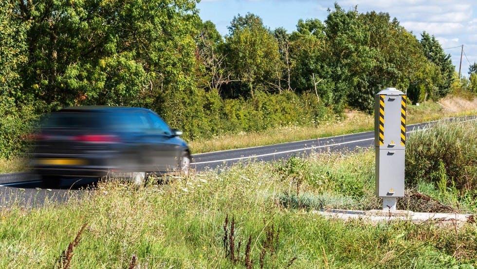 Automobile circulant rapidement devant un radar