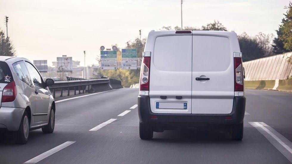Automobile depassant une camionnette blanche