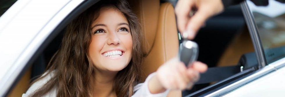 Femme heureuse d'acheter une voiture neuve