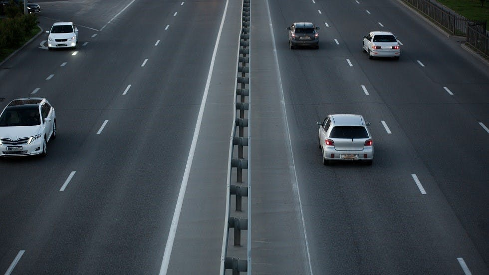 Automobiles circulant sur une route en respectant les distances de securite
