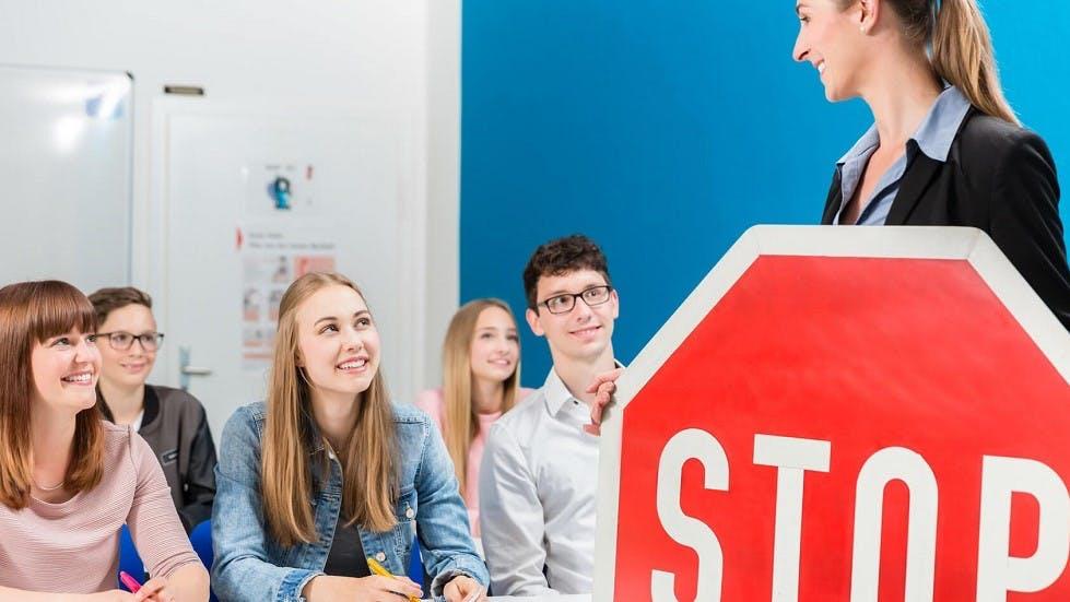 Candidat au code de la route suivant un cours sur le panneau de stop