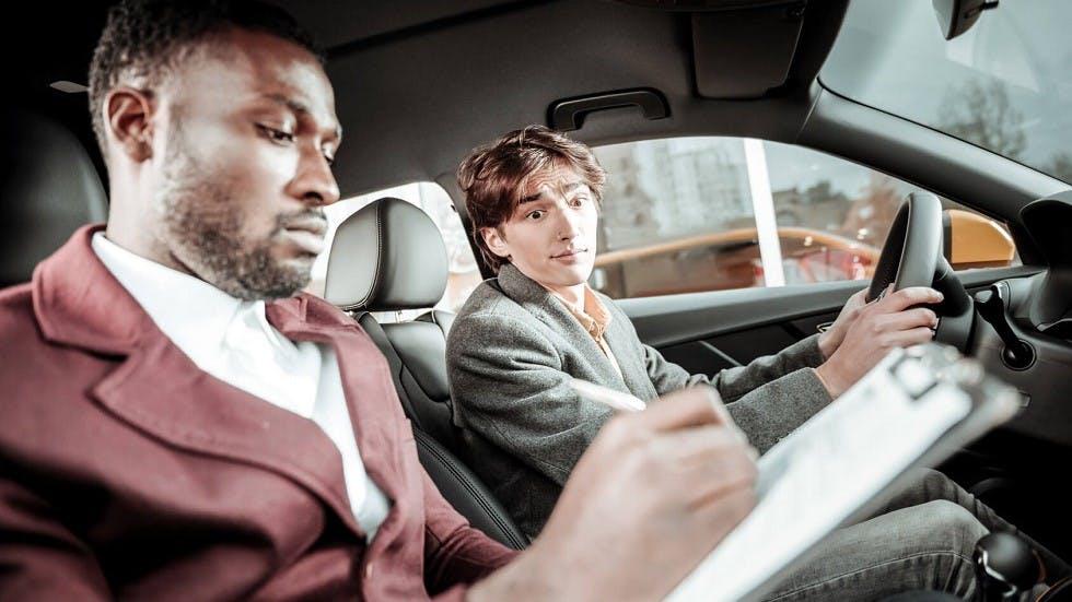 Inspecteur du permis de conduire notant un candidat