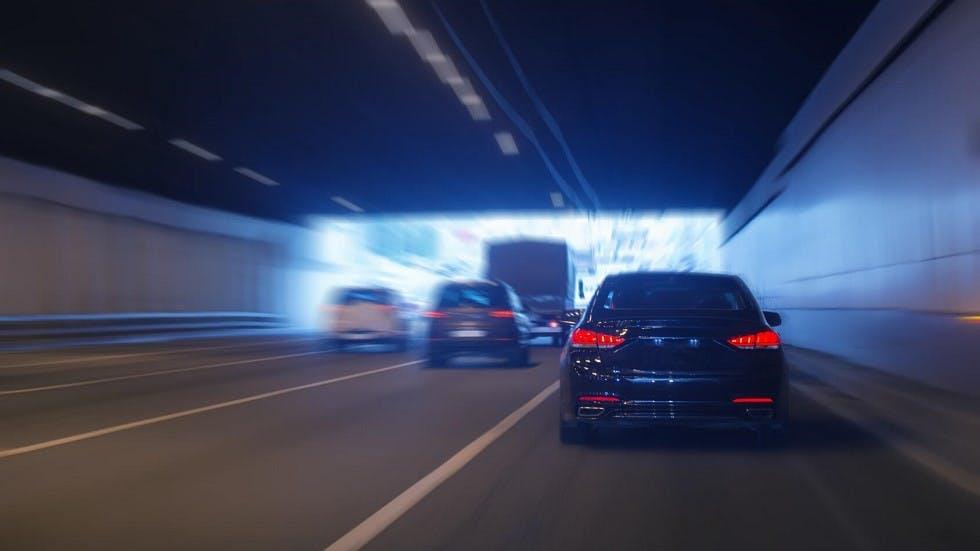 Usagers circulant en direction de la sortie d'un tunnel