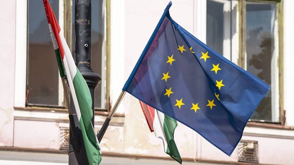 Deux drapeaux italiens entourant un drapeau europeen