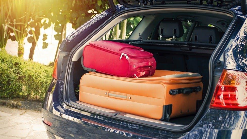 Coffre d'une voiture remplie de bagages