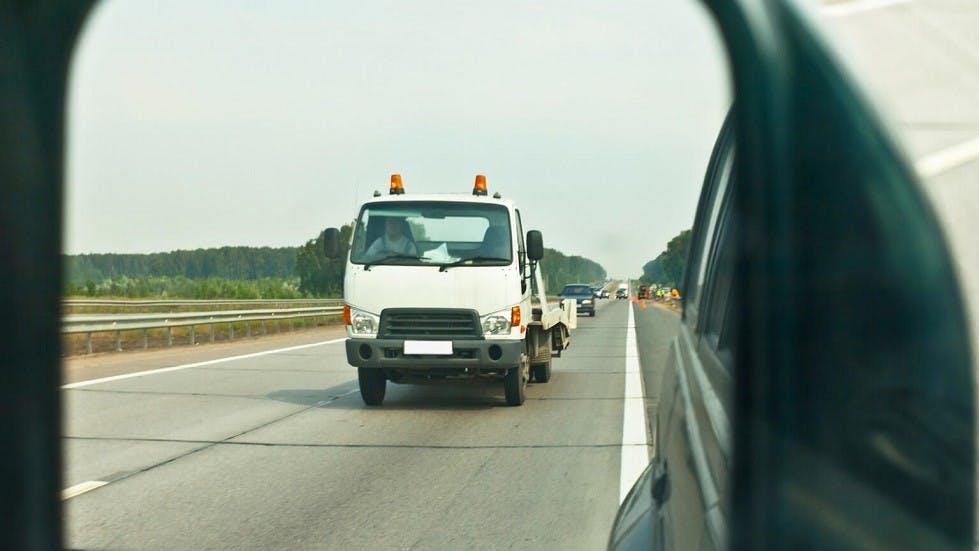 Retroviseur d'un usager depassant un camion