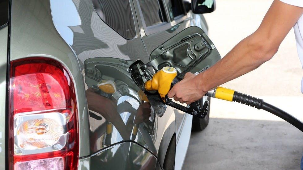 Usager faisant le plein de son vehicule diesel