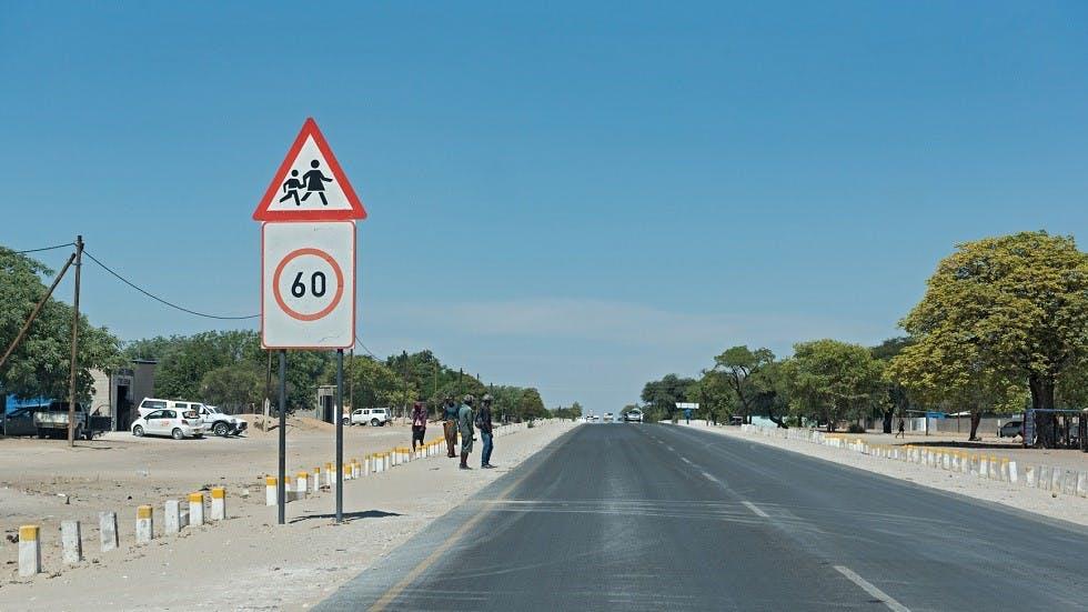 Panneau de limitation de vitesse et de danger de traversee d'enfants Africain
