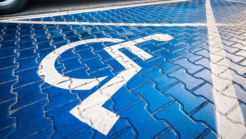 Marquage au sol reserve au stationnement des usagers handicapes
