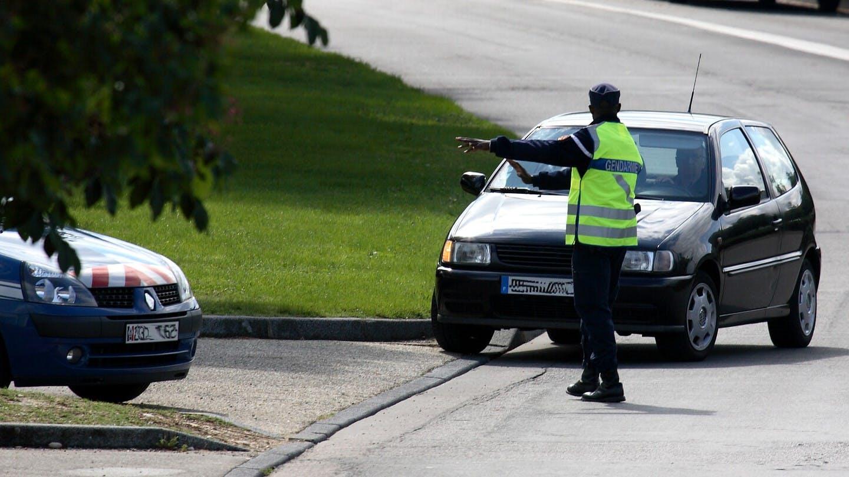 Gendarme controlant un automobiliste