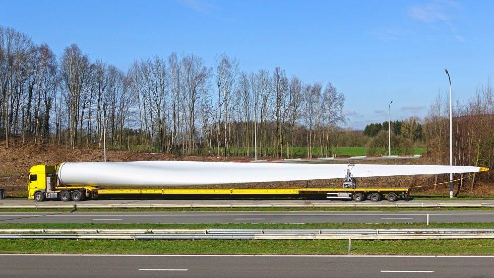 Convoi exceptionnel transportant la pale d'une eolienne