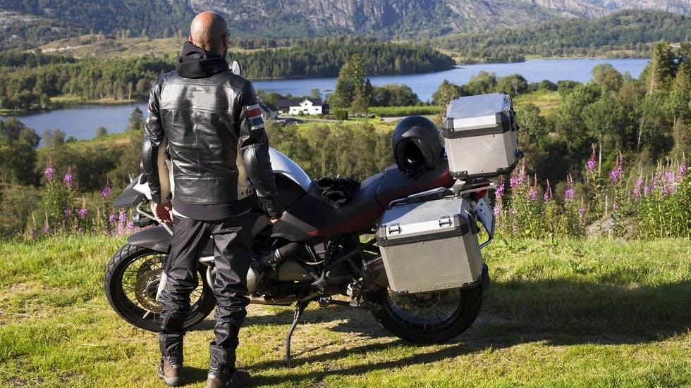 Top-cases sur une moto en pleine campagne