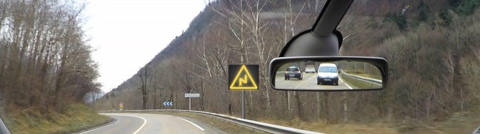 Photographie représentant un virage annoncé par de la signalisation lumineuse
