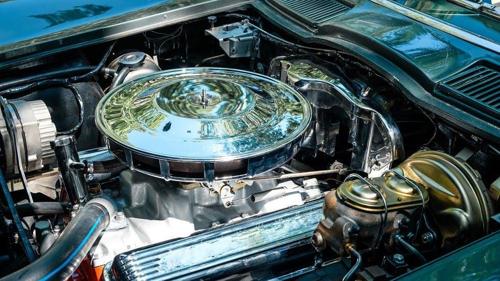 Moteur d'une voiture de collection inspecte durant un controle technique