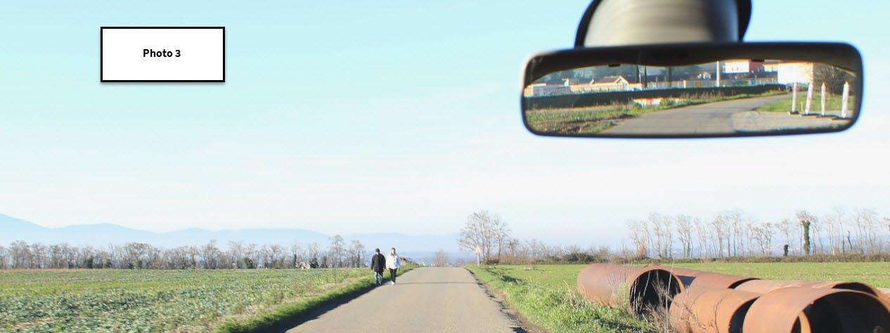 Photographie d'un usager devant ajuster sa vitesse à cause de piétons circulant sur sa voie.