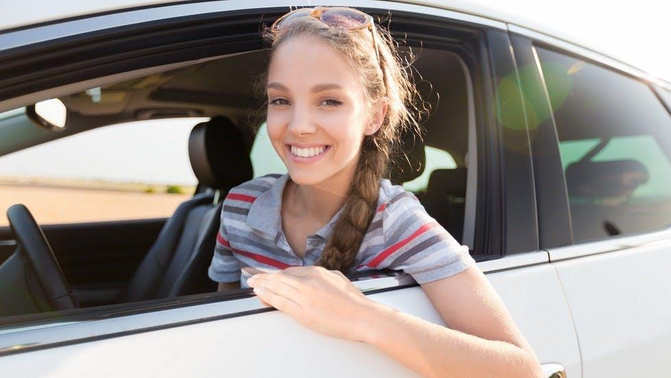 Jeune conductrice suivant la formation en AAC