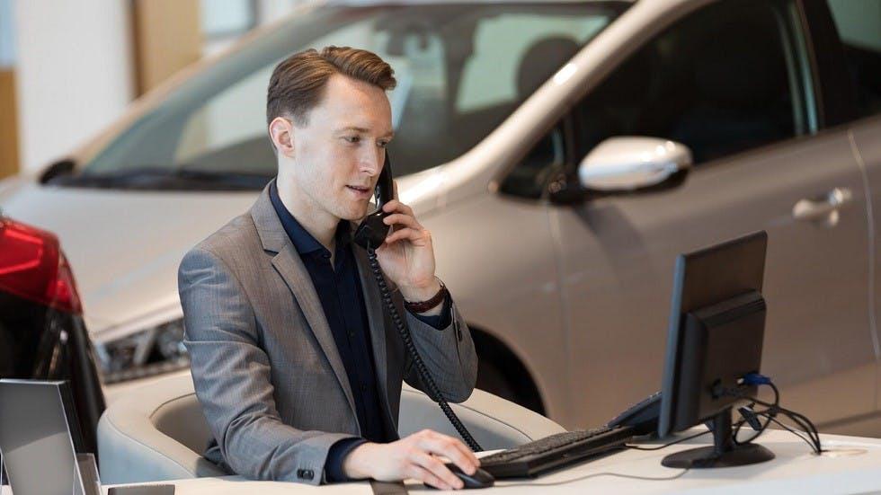 Concessionnaire auto telephonant a un client