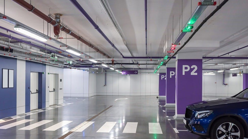 Dispositifs lumineux d'un parking souterrain indiquant la presence de places disponibles