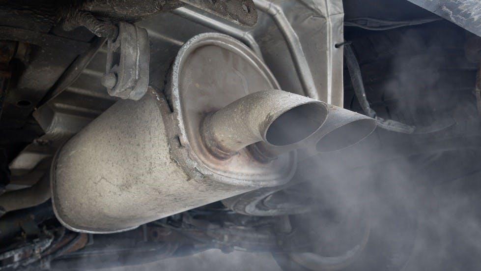 Pollution generee par le systeme d'echappement d'une automobile