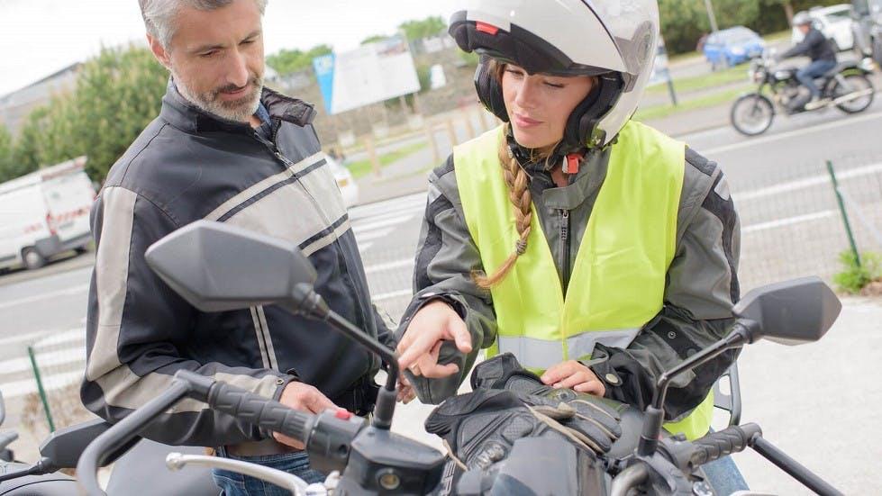 Candidate se formant à la conduite des deux-roues motorisés