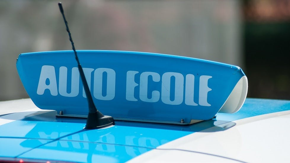 Panneau de toit d'un vehicule auto-ecole a Alfortville