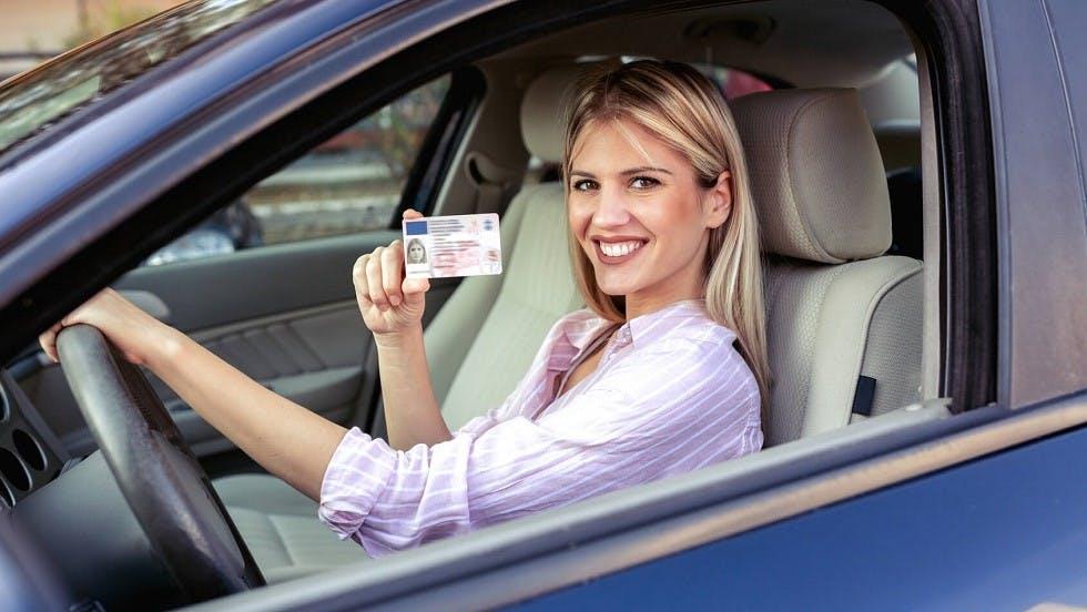 Candidate souriante presentant son permis de conduire
