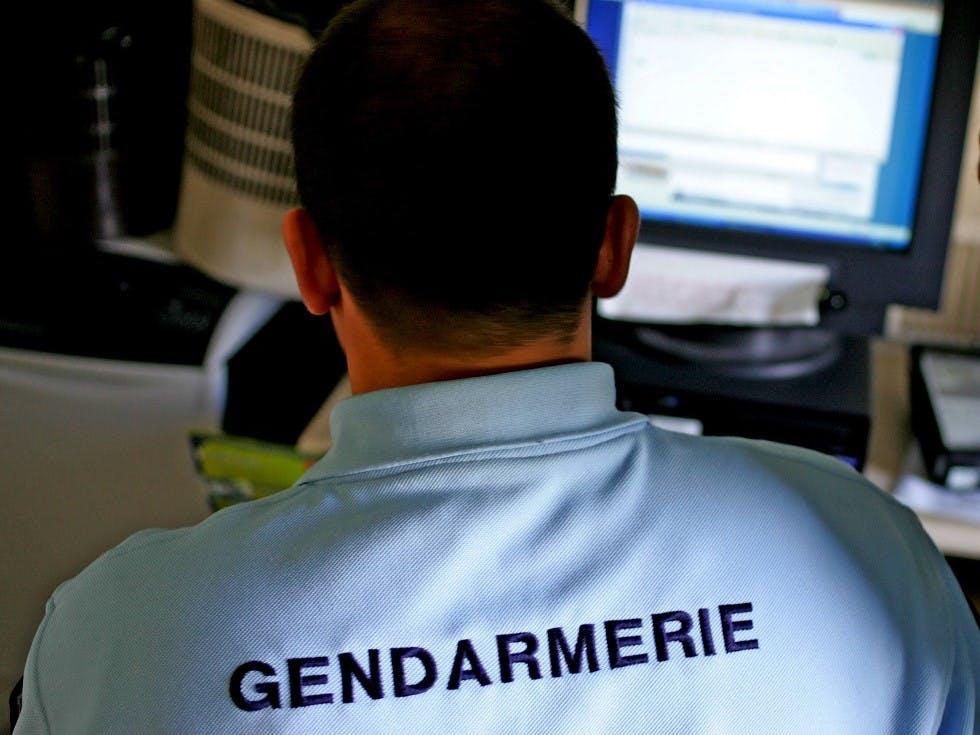 Gendarme remplissant un depot de perte de permis de conduire