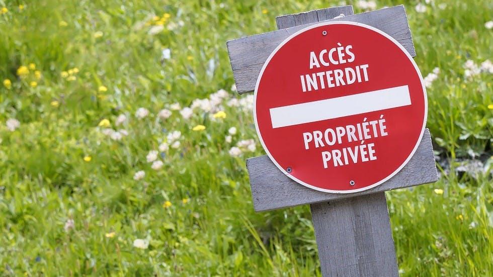 Panneau d'interdiction d'acces sur une propriete privee