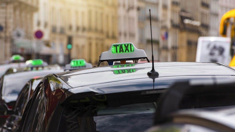 Pavillon d'un véhicule portant un panneau de taxi