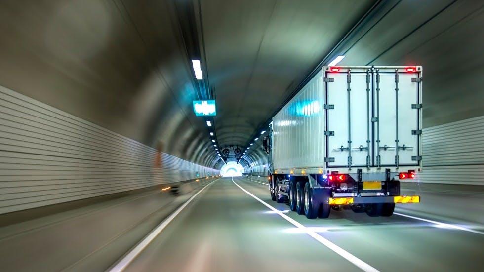 Poids lourd roulant dans un tunnel eclaire